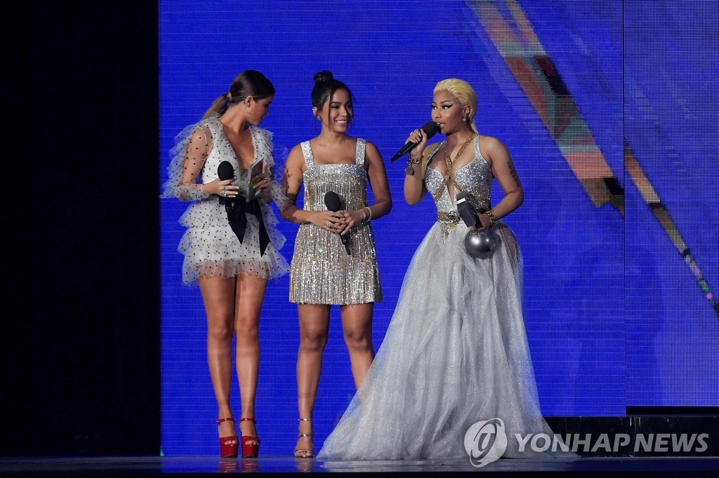 ▲ Trinidadian-US rapper Nicki Minaj (R) speaks after receiving the Best Hip Hop award from Mexican singer Sofia Reyes (L) and Brazilian singer Anitta during the MTV Europe Music Awards at the Bizkaia Arena in the northern Spanish city of Bilbao on November 4, 2018. (Photo by LLUIS GENE / AFP)