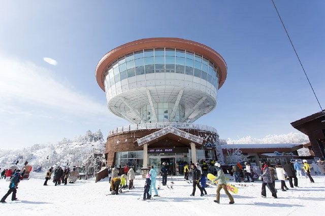 ▲ 백운산 해발 1340m 높이에 위치한 하이원 스키장은 다양한 난이도로 구성됐다.스키장 정상 마운틴탑 모습.