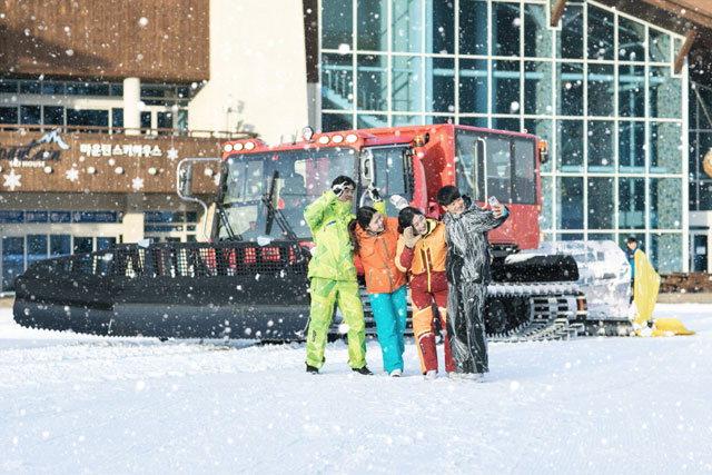▲ 하이원 스키장은 가족단위 방문객을 위해 슬로프 정비용 차량에 탑승용 케빈을 장착해 특수 개조한 '설상차' 투어를 운행한다.