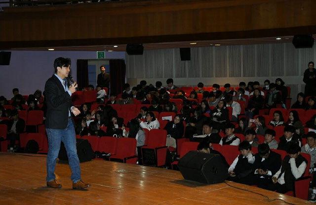 ▲ 조승연 인문학 강사가 지난 7일 화천문화예술회관에서 학생들과 대화하고 있다
