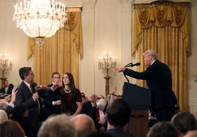 ▲ 기자와 설전 벌이는 트럼프 도널드 트럼프 미국 대통령이 중간선거 다음 날인 7일(현지시간) 백악관에서 열린 기자회견에서 '앙숙'으로 꼽히는 CNN의 짐 아코스타 기자(오른쪽)와 날 선 공방을 벌이며 충돌하고 있다.