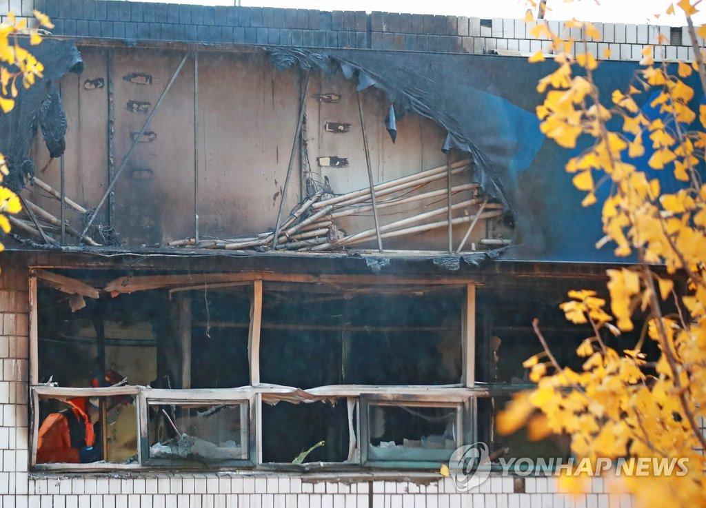 ▲ 9일 오전 화재가 발생한 서울 종로구 관수동의 한 고시원에서 소방 관계자들이 사고 수습을 하고 있다.