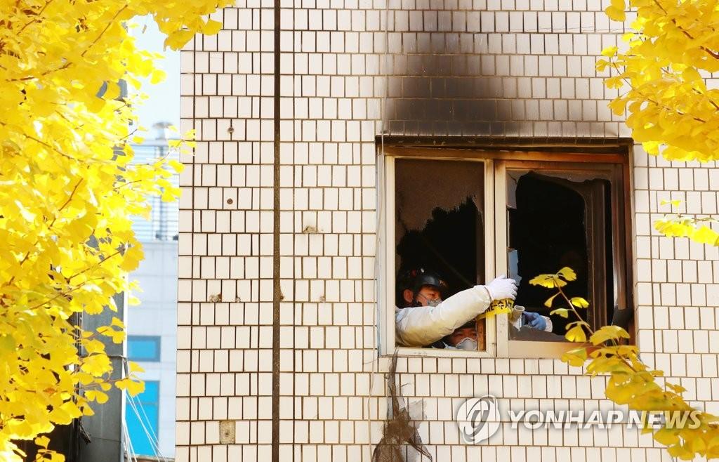 ▲ 9일 오전 화재가 발생한 서울 종로구 관수동의 국일고시원에서 경찰 과학수사팀 관계자들이 3층 출입구 쪽에 경찰 출입 통제 라인을 설치하고 있다.