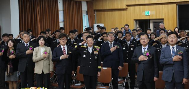 ▲ 춘천소방서(서장 정광현)는 9일 오전 2층 대회의실에서 소방공무원,의용소방대원 등 150여명이 참석한 가운데 '제55주년 소방의 날' 기념 행사를 가졌다.