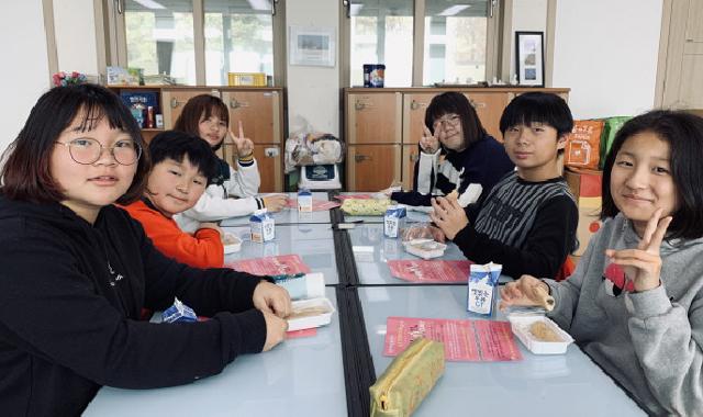▲ 철원군농민회(회장 김용빈)는 9일 오덕초교 등 지역 학교를 방문,11월 11일 농업인의 날을 앞두고 오대쌀로 만든 가래떡을 나눠줬다.
