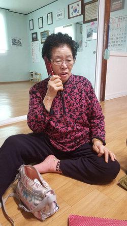 ▲ 홍남기 경제부총리 겸 기획재정부 장관 내정자 어머니 조순옥씨가 9일 내정 발표 직후 가족들과 통화를 하고 있다.