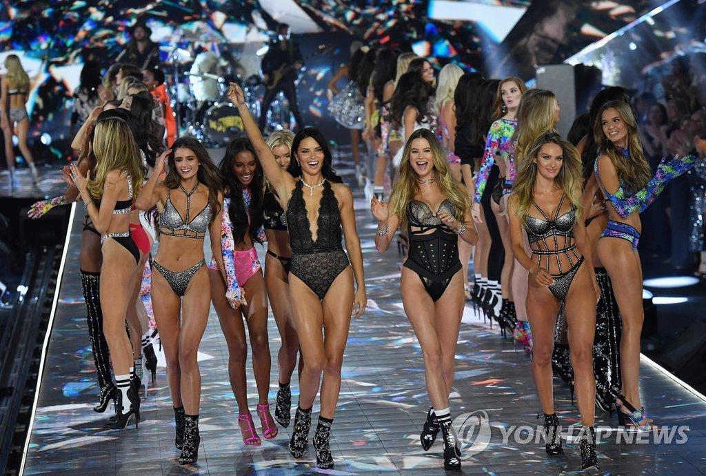 ▲ 8일(현지시간) 미국 뉴욕의 피어 94에서 열린 '2018 빅토리아 시크릿 패션쇼'에서 모델들이 웃으며 런웨이를 걷고 있다. '빅토리아 시크릿 패션쇼'는 매년 유명 모델들과 함께 호화로운 런웨이 무대를 꾸민다. 패션지 하퍼스 바자에 따르면 행사 비용이 약 1천200만 달러에 달하는 이 패션쇼는 매년 8억 명이 시청하는 가장 인기높은 패션 행사이다.