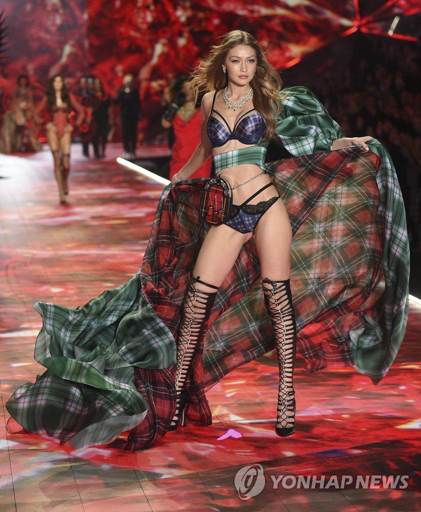 ▲ 모델 지지 하디드가 8일(현지시간) 미국 뉴욕의 피어 94에서 열린 '2018 빅토리아 시크릿 패션쇼'에서 포즈를 취하고 있다.