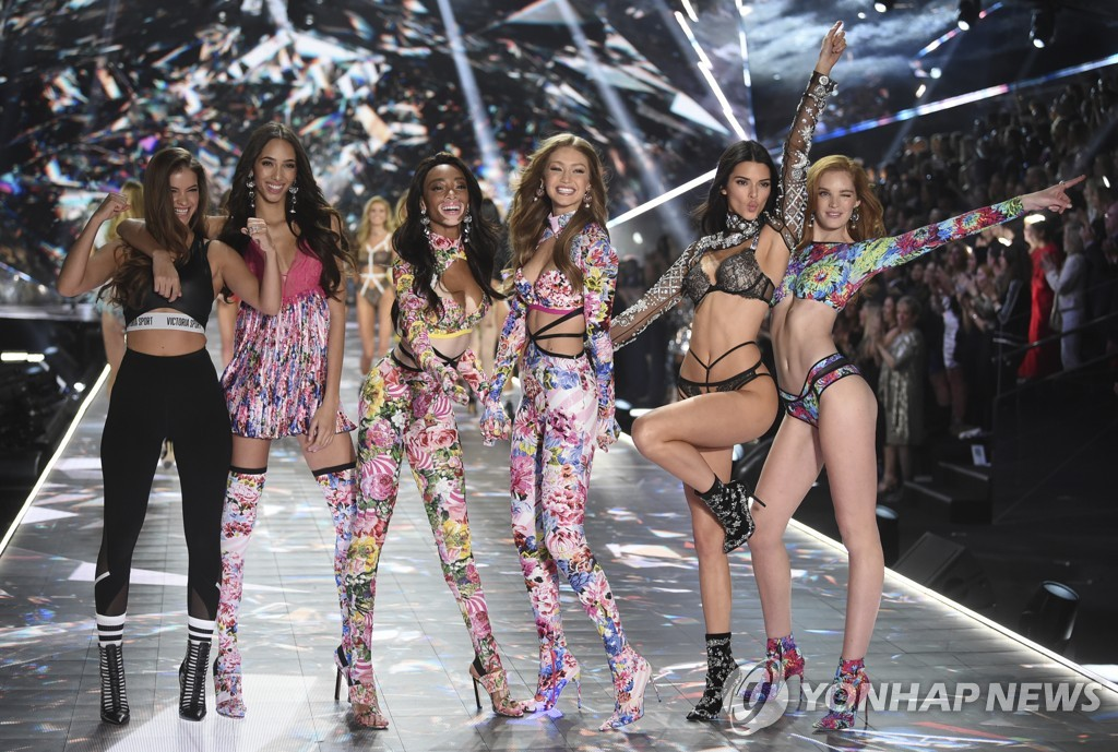 ▲ Barbara Palvin, from left, Yasmin Wijnaldum, Winnie Harlow, Gigi Hadid, Kendall Jenner and Alexina Graham walks the runway during the 2018 Victoria's Secret Fashion Show at Pier 94 on Thursday, Nov. 8, 2018, in New York. (Photo by Evan Agostini/Invision/AP)