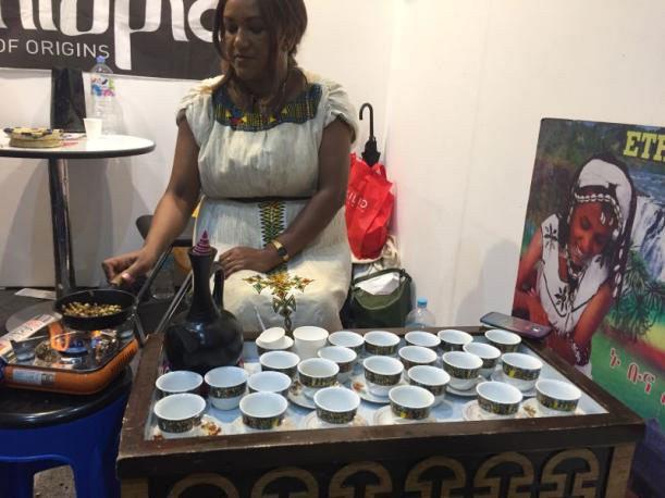 ▲ 커피를 볶고 있는 에티오피아인