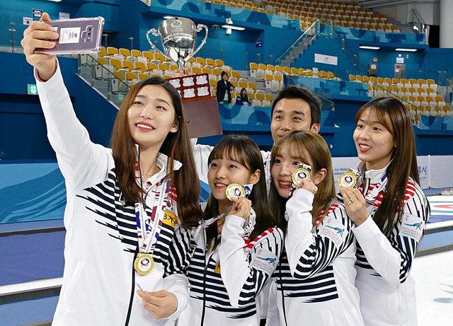 ▲ 춘천시청 한국 여자컬링대표팀이 지난 10일 강릉 컬링센터에서 열린 2018 아시아태평양 컬링선수권에서 일본의 '팀 후지사와'를 12-8로 꺾고 금메달을 획득,선수들과 코치가 기쁨을 만끽하고 있다.