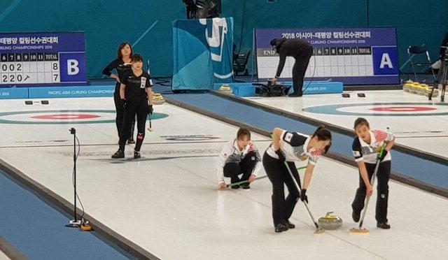 ▲ 춘천시청 한국 여자컬링대표팀이 지난 10일 강릉 컬링센터에서 열린 대회 결승전에서 일본과 경기를 펼치고 있다.