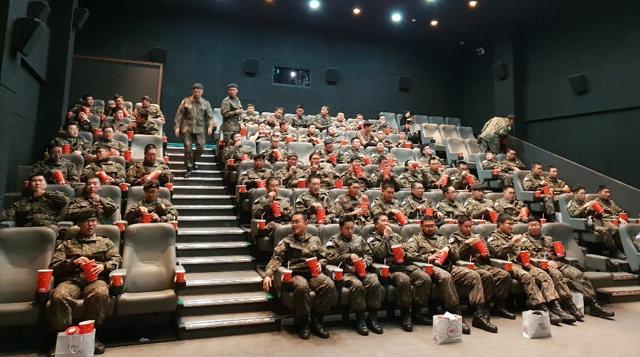 ▲ 군인 관람객이 철원 작은영화관 '삼부연'에서 단체관람을 하고 있다.