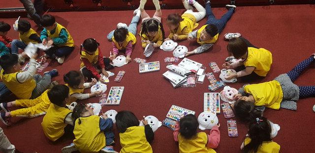▲ 양구 정중앙시네마에서는 아이들을 위한 다양한 프로그램이 진행되고 있다.지난 10월 열린 이벤트 모습.