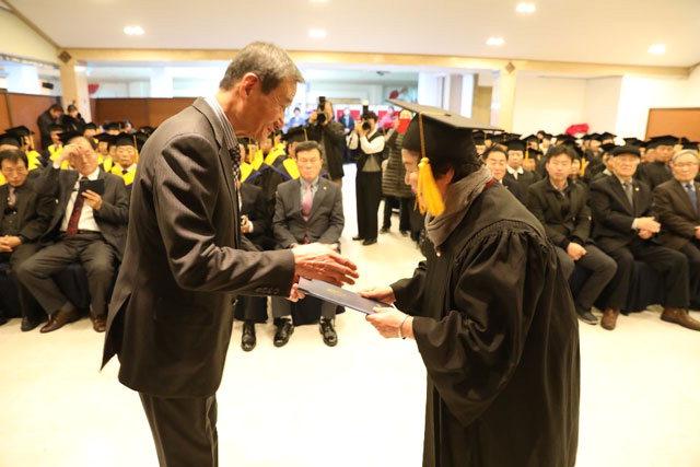 ▲ 제3회 인제군노인대학원과 제20회 노인대학 졸업식이 6일 인제웨딩홀에서 열렸다.