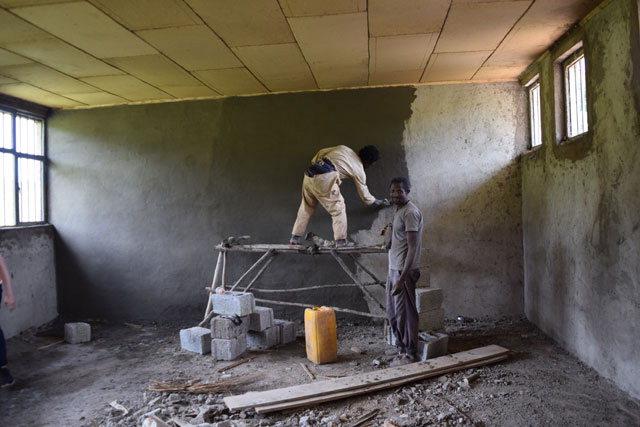 ▲ 강원도민의 모금으로 건립되는 부르카답쇼 학교가 완공을 앞두고 마무리작업을 하고 있다.