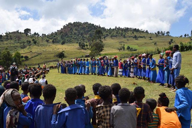 ▲ 부르카답쇼 지역 학생들이 학교 건립에 감사하며 환영 퍼포먼스를 펼치고 있다.
