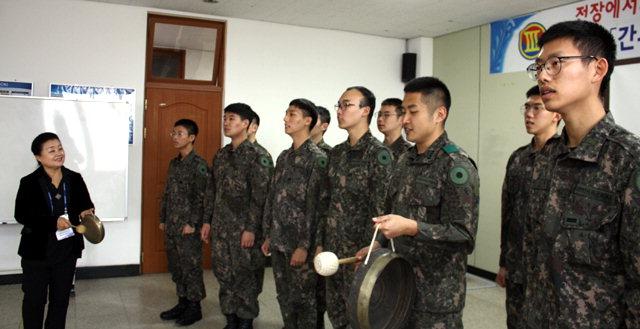 ▲ 변기영 한국동부민요보존회 이사장이 군장병들을 대상으로 아리랑을 가르치고 있다.