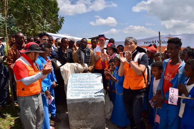 ▲ 식수시설 기공식 부르카답쇼 식수시설 기공식에 참석한 지역주민과 모니터링단이 공사 시작을 축하하고 있다.