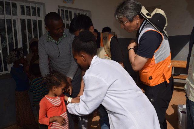 ▲ 보건소 직원이 아동에게 영양실조 검사를 하고 있다.