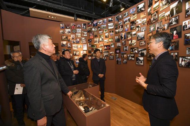 ▲ '아리랑 로드 그 길을 가다' 특별전 개막식이 18일 오전 정선 아리랑박물관 아리랑카페에서 열렸다.