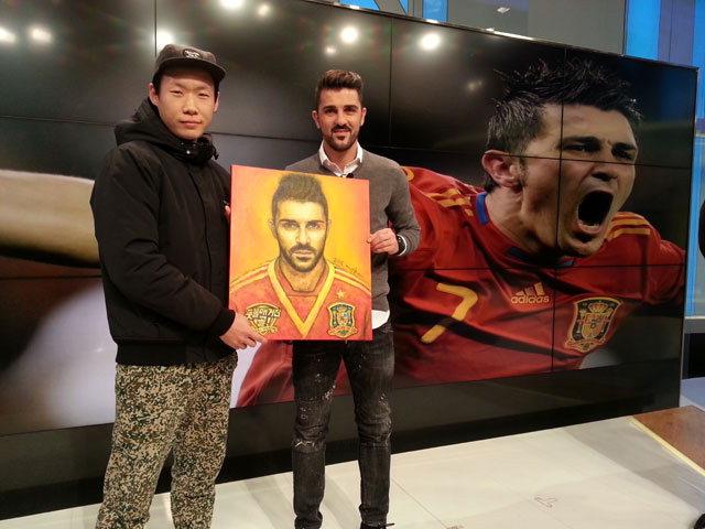 ▲ 방한한 스페인 축구선수 다비드 비야에게 직접 그린 그림을 전달한 우희경 작가.