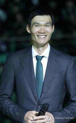 ▲ 지난 시즌을 끝으로 현역에서 물러난 김주성(39)이 25일 오후 강원 원주종합체육관에서 열린 은퇴식에서 환하게 웃고 있다.