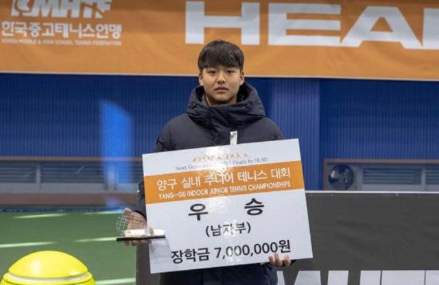 ▲ 김근준이 28일 양구 테니스파크 실내코트에서 열린 남자부 단식 결승에서 우승했다.