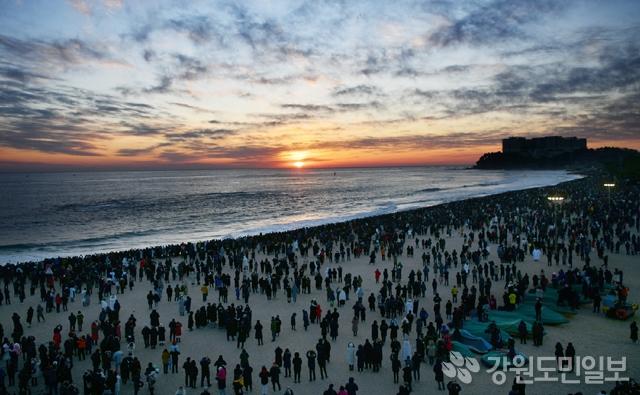 ▲ 1일 속초해수욕장에 2019년 기해년 새해 일출을 보기 위한 많은 인파가 몰렸다.속초시는 이날 속초해수욕장을 방문한 해맞이 인파를 2만5000명으로 잠정 집계했다. 속초/박주석