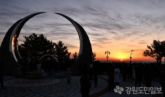 ▲ 삼척 해맞이 행사가 1일 오전 이사부길 소망의탑을 비롯한 8곳에서 열렸다. 삼척/김정호