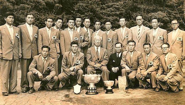 ▲ 1956년  아시안컵에서 우승한  선수단과 이승만 전 대통령(사진 가운데). 사진=대한축구협회