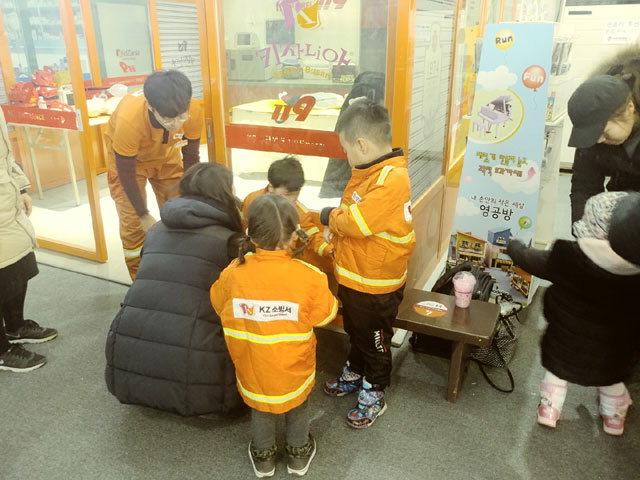 ▲ 축제장에 마련된 키자니아 체험장에서 어린이들이 다양한 직업을 체험을 하고 있다.