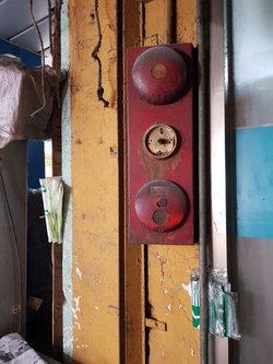 ▲ 중앙시장 내 설치된 일부 화재경보시설이 노후된 채 방치되고 있다.