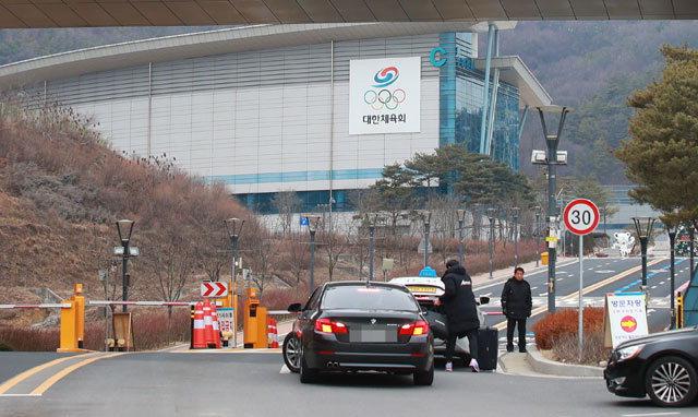 ▲ 10일 오후 충북 진천 국가대표 선수촌 입구에서 차량과 출입자에 대한 출입 통제가 이뤄지고 있다.  연합뉴스