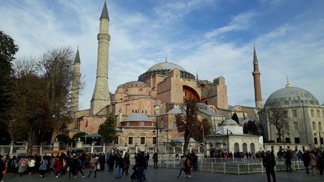 ▲ 6세기 유스티니아누스 황제는 동로마제국의 전성기를  기념할 성전 건설계획을 세웠다.사진은 터키 이스탄불에 위치한 하기아 소피아(Hagia Sophia) 전경.