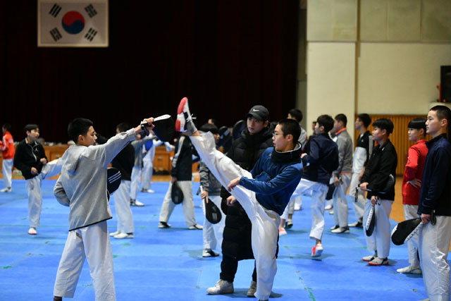 ▲ 2019시즌 동계전지훈련을 위해 속초를 방문한 태권도 선수단이 훈련을 하고 있다.