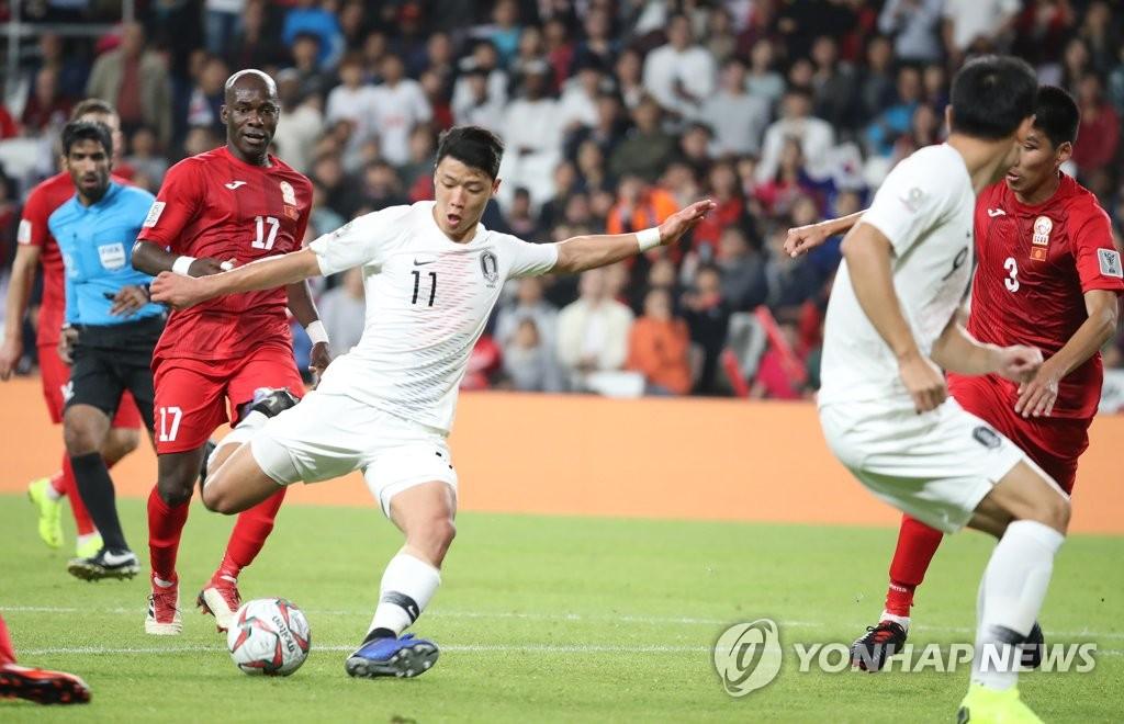 ▲ 11일 오후(현지시간) 아랍에미리트 알아인 하자 빈 자예드스타디움에서 열린 2019 AFC 아시안컵 UAE 조별 라운드 C조 2차전 한국과 키르기스스탄과의 경기에서 황희찬이 슛을 하고 있다.