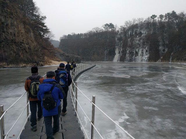 ▲ 한탄강 얼음트레킹 행사를 위해 설치한 송대소 구간의 부교위로 방문객들이 지나고 있다.