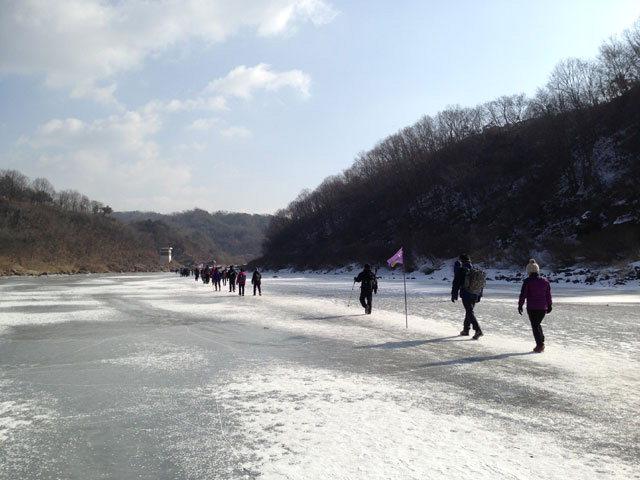 ▲ 지난해 얼음트레킹 행사에서 참가자들이 한탄강을 건너고 있다.
