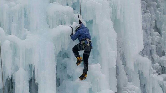 ▲ 얼음이 단단하게 언 빙벽장을 클라이머가 쉼 없이 오르고 있다.