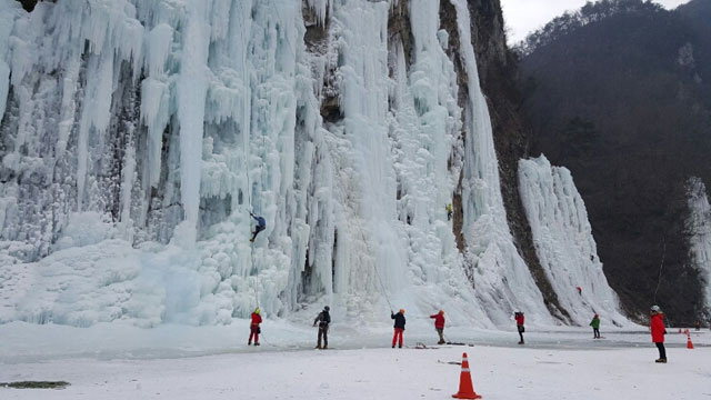 ▲ 판대리 빙벽장은 주말이면 수 백명의 클라이머들이 모여들고 있다.