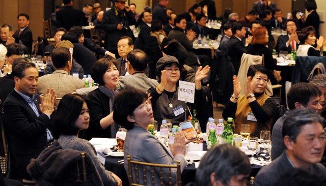 ▲ 그랜드컨벤션센터에서 열린 강원도민회 중앙회 신년인사회에서 출향도민들이 박수치고 있다.