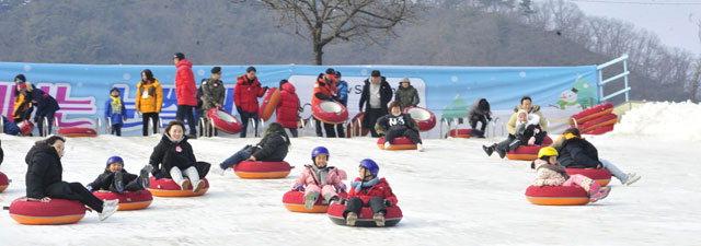 ▲ 산천어축제장에 마련된 대형 눈썰매장이 관광객들의 인기를 끌고 있다.