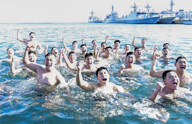 ▲ 해군 1함대(사령관 김명수) 구조작전대(SSU)가 최근 한겨울 강추위에도 아랑곳 않고 동해 군항에서 혹한기 해상 구조 훈련을 했다.