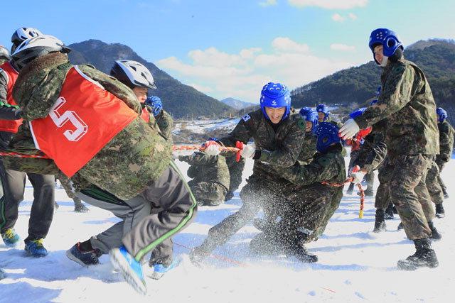 ▲ 지난해 인제빙어축제 모습에서 축제를 즐기고 있는 군장병들.