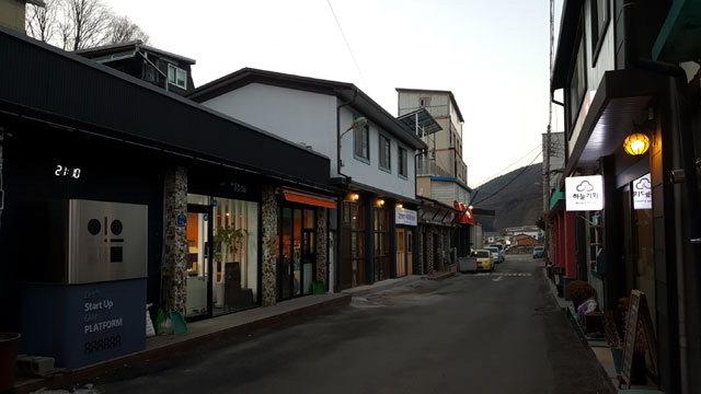 ▲ 옛 고한읍 18리(사진 왼쪽) 골목이 도시재생으로 18번가 기적의 골목으로 변신하고 있다