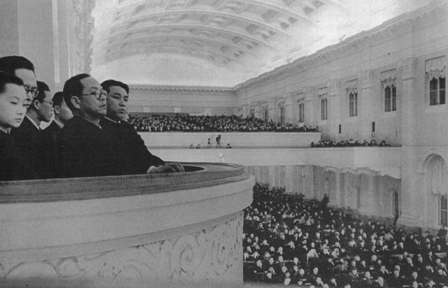 ▲ 김일성(우측)과 박헌영(두 번째 안경 쓴 이)이 스탈린을 만나고자 소련을 방문하여 소련최고회의장을 둘러보고 있다.(1949.3)  출처 NARA