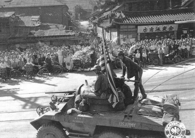 ▲ 사상 처음 미군이 서울에 진주하자 시민들은 말없이 지켜보고 있다.(1945.9.9)