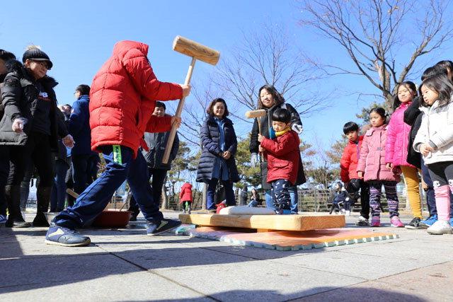 ▲ 국립춘천박물관에서 설연휴동안 즐길 수 있는 '떡메 쳐서 인절미 만들기' 체험.