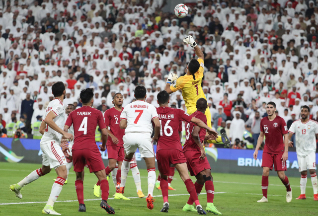 ▲ Qatar's goalkeeper Saad Al Sheeb jumps to pinch the ball clear during the 2019 AFC Asian Cup semi-final football match between Qatar and UAE at the Mohammed Bin Zayed Stadium in Abu Dhabi on January 29, 2019. (Photo by Karim Sahib / AFP)